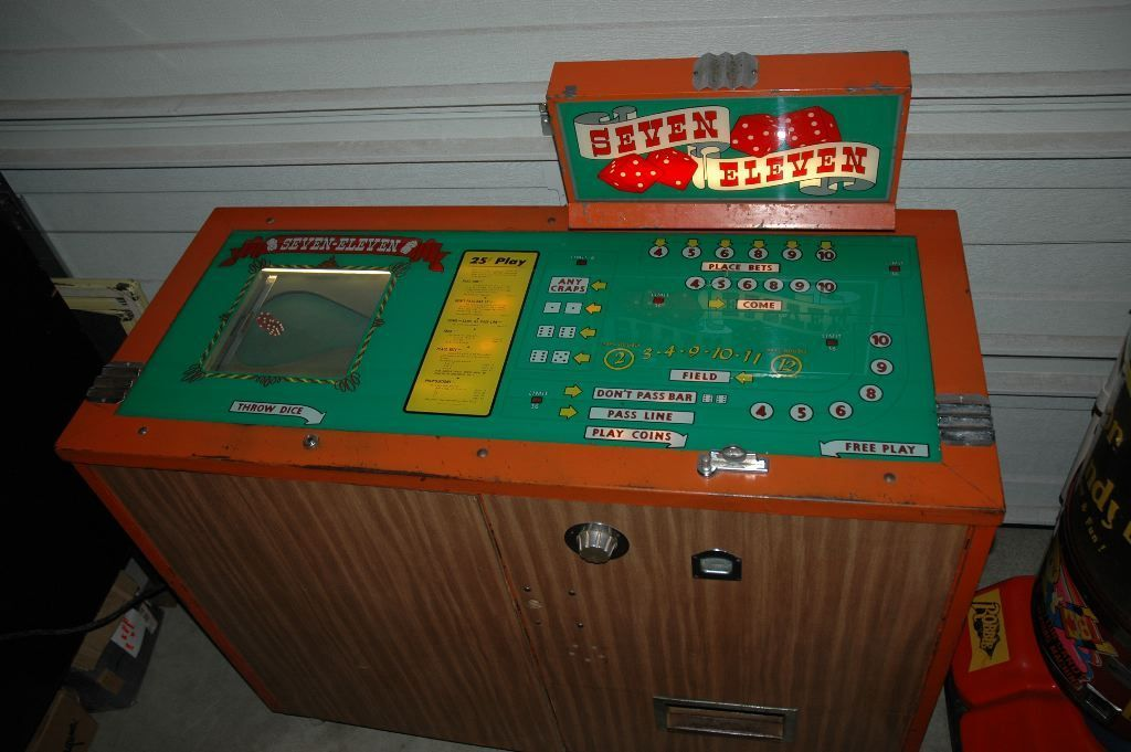 Sevel Eleven Dice Game with Hopper 1960-8.jpg